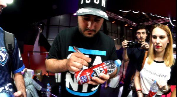 lolito_firmando_botella